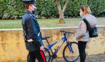 Bloccati dopo aver rubato una bici spingono i Carabinieri per tentare la fuga