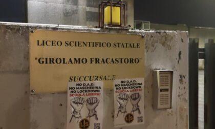 """""""Scuola libera!"""": le foto dei manifesti a Verona di Lotta Studentesca contro Dad, mascherine e lockdown"""
