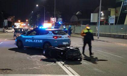 Ignorano l'alt e scappano a folle velocità ma la loro corsa finisce contro l'auto della Polizia