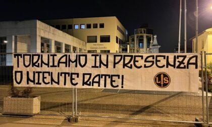 """Striscione di Lotta Studentesca davanti al polo universitario: """"Torniamo in presenza o niente rate!"""""""
