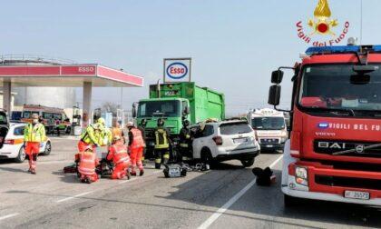 Scontro a Verona tra auto e camion: feriti papà e  figlio di 10 anni