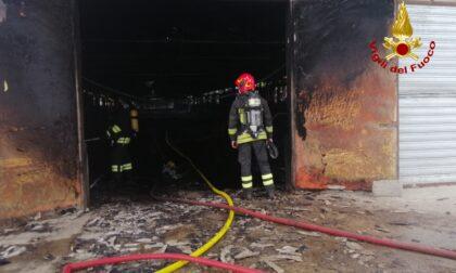 Le foto dell'incendio di un capannone adibito ad allevamento avicolo a Castel D'Azzano