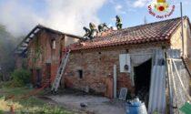 Le foto del rustico bruciato a Veronella: Vigili del fuoco al lavoro per quasi 5 ore