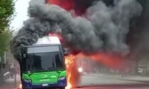 Le foto e il video dell'autobus urbano avvolto dalle fiamme a Verona