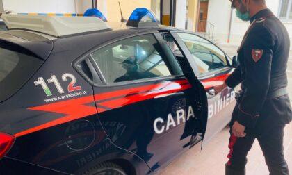 Violenta lite tra due compagni ubriachi, intervengono Carabinieri e sanitari ma vengono aggrediti