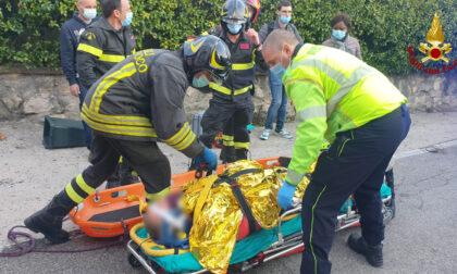 Esce per un'escursione ma sulla strada del ritorno cade per terra, ferito un 70enne