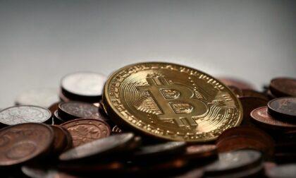 Violenta rapina ai danni di un 46enne che voleva acquistare Bitcoin: arrestato 17enne