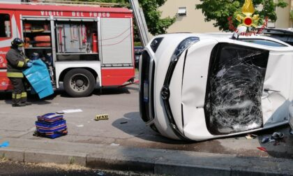 Disabile intrappolata nel taxi dopo l'incidente