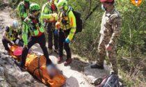 Freeclimber perde l'appiglio e sbatte contro la roccia, imbarellato e trasportato all'ospedale
