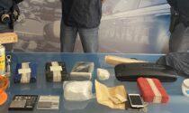Tentano la fuga tra le campagne: trovati più di 5 chili di cocaina nascosti nell'auto