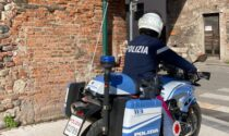 Attimi di paura a Verona: aggrediscono una coppia di turisti, tentano la fuga e si scagliano contro gli agenti