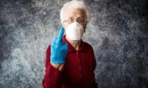 Due ventenni sputano addosso a una nonnina che aveva chiesto loro di mettere la mascherina