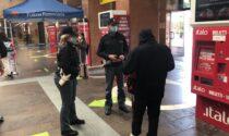 Sceso dal treno ha tentato di rubare un monopattino a un 21enne