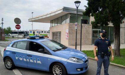 """Tentano di """"scassinare"""" l'autobus ma vengono scoperti e corrono...in bocca ai poliziotti"""
