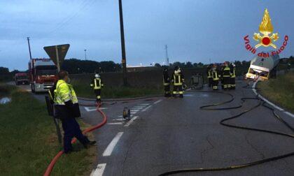 Autoarticolato finisce fuori strada con la cisterna GPL: operazioni nella notte per il travaso