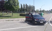 Litiga con la moglie e la spinge a terra, raggiunto dai Carabinieri si scaglia contro di loro
