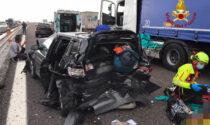 Le foto del maxi incidente in A4 tra tre auto e un camion, sei feriti