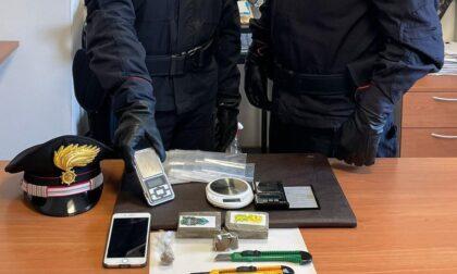 Fermato con poche dosi di hashish, in realtà è un pusher: in casa oltre 2 etti di droga