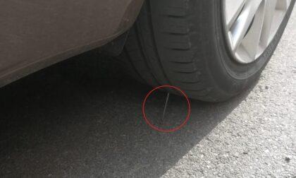 Chiodi sotto alle auto parcheggiate a Quinzano