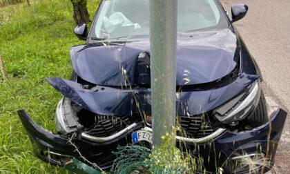Perde il controllo dell'auto e abbatte il palo della luce: tasso alcolemico 7 volte superiore
