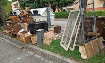 Abbandona rifiuti ingombranti all'esterno dei cassonetti, multa da 600 euro