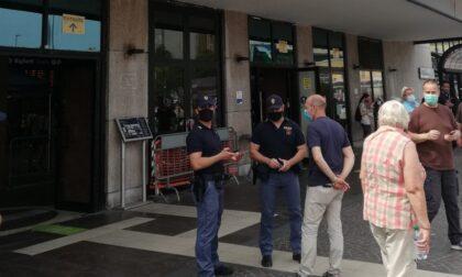 Ubriaco ruba la borsa di un operaio poi si scaglia contro i poliziotti