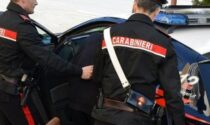 Viola il divieto di avvicinamento alla mamma e alla nonna: arrestano 21enne