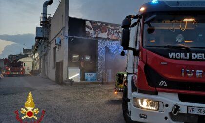 Incendio in un capannone a Pescantina: in fiamme riviste e oggetti vintage