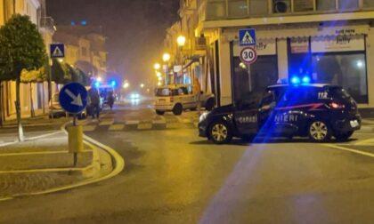 Finiscono contro un negozio a folle velocità con l'auto rubata: fermati due malviventi