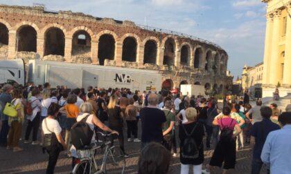 Manifestazione no mask: in 200 in piazza Bra (c'era anche la Signora Coriandoli)