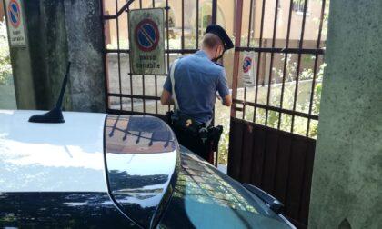 Scoperto mentre cede una dose, fermato dopo l'inseguimento sferra un pugno in faccia al Carabiniere