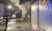 Il video e le foto dell'ampio incendio in un deposito a Verona
