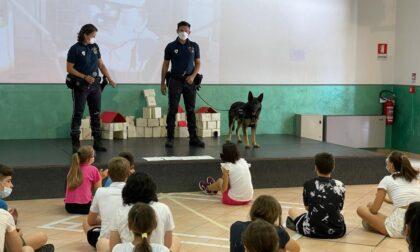 I cani antidroga Pico ed Axel salgono in cattedra all'Istituto Don Bosco