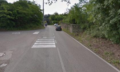 Ciclista cade a terra dopo l'urto con un'auto a Verona: si cercano testimoni