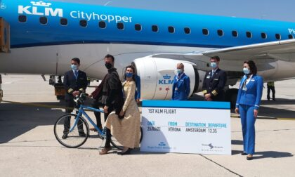 Al Catullo primo volo turistico da Amsterdam, ad accogliere i passeggeri Giulietta e Romeo