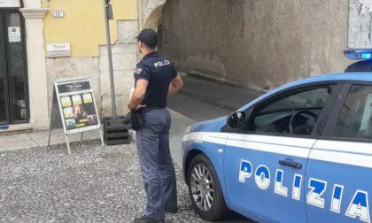 Giovani ubriachi e molesti in piazzetta Pescheria: 21enne minaccia i poliziotti e tenta la fuga