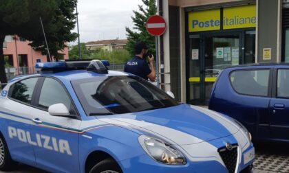 Apre la portiera dell'auto e tenta di rubare la borsa ma viene visto e inseguito da un passante