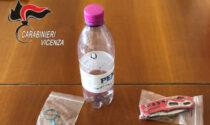 Scoperto mentre inala cocaina da una bottiglia di plastica a bordo di un'auto