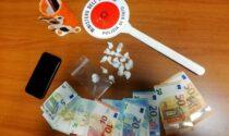 Scoperto mentre consegna la cocaina a bordo dello scooter in zona universitaria