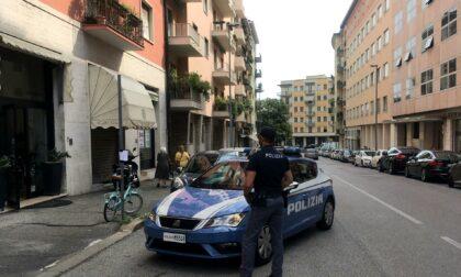Sradica un cartello stradale per rubare una bici, ma viene bloccato dalla Polizia