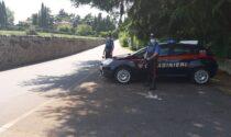 """""""Vi sgozzo"""": passa davanti ai Carabinieri e li minaccia, poi scappa in auto"""