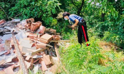 Abbandonano quasi 3 metri cubi di materiale edile di scarto ma vengono scoperti