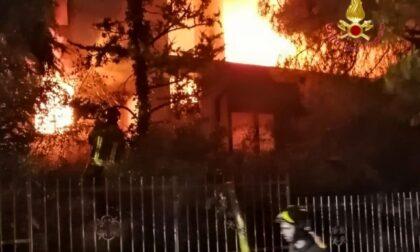 Le foto dell'incendio a Colognola ai Colli: villetta avvolta dalle fiamme