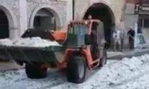 Intensa grandinata a Badia Calavena, ruspe in strada per togliere i cumuli di ghiaccio
