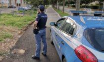 Agente fuori servizio nota l'atteggiamento furtivo di un uomo: era destinatario di un ordine di carcerazione