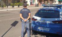 Ubriaco tenta di fermare le auto in transito, disturba i cittadini e poi si scaglia contro gli agenti