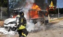 """L'autobus si ferma al capolinea e prende fuoco: video e foto del """"pollicino"""" dell'Atv divorato dalle fiamme"""