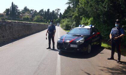 Rubano un portafoglio da un'auto in sosta: fermati dopo un inseguimento da Caprino al Saval