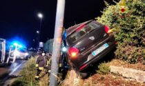 Esce di strada e finisce contro un palo rimanendo bloccato nell'auto: grave un 32enne