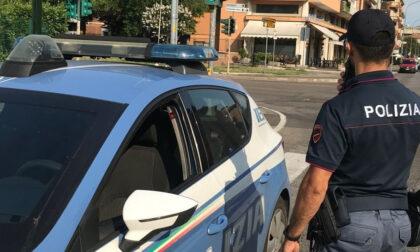 Si aggira con fare sospetto vicino alle case: all'arrivo degli agenti li minaccia